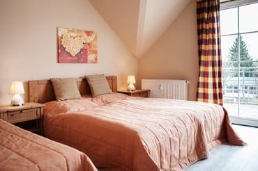 Schlafraum mit Doppelbett und Einzelbett