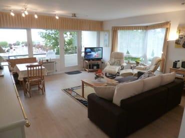 helles Wohnzimmer mit 2 Fensterseiten