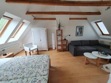 Dachgeschoss mit Weitwinkelobjektiv, rechts schließt sich der hier nicht sichtbare Schornstein an, dahinter das Bad