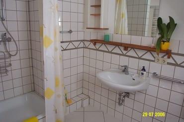 Alte Badansicht - Bad wird derzeit neu gefliest und neu eingerichtet: Dusche, WC, Waschbecken