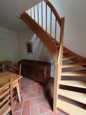 Treppenaufgang von der Küche in den Wohn- und Schlafraum im Obergeschoss