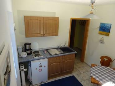 ...Spüle, Kühlschrank, 2 Kochplatten, Kaffeemaschine, Wasserkocher, Eierkocher