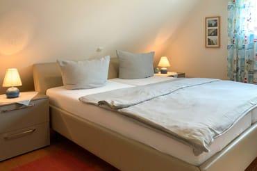 Das Schlafzimmer mit hochwertigem Ruf-Bett