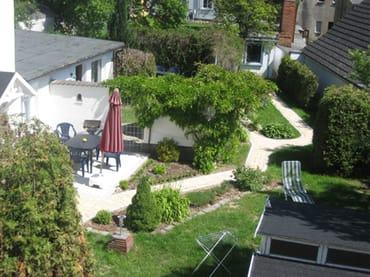 Blick in den Garten vom Balkon aus