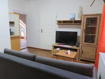 Wohnzimm mit Blick zum Flur und Übergang zur Terrasse