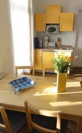 Ausgang zum Balkon und Küche (Mikrowelle mit Grill, Kaffeemaschine,Toaster, Wasserkocher, 2- Ceranfeld, Kühlschrank mit Gefrierfach)