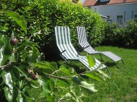 Entspannen im Garten mit Grillecke und Tischtennisplatz