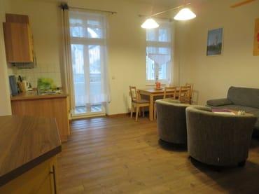 Wohnzimmer Wittow, Essecke und Balkon