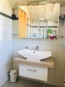 Waschtisch mit Spiegelschrank und Handtuchtrockner