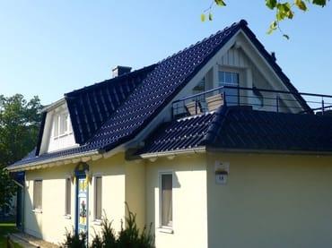 Hausansicht mit Eingangsbereich und Balkon