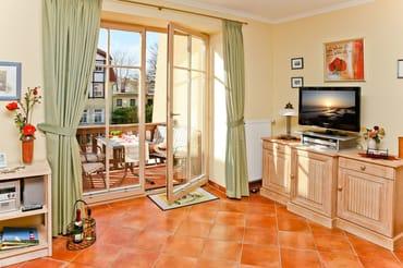 Fernseher und Zugang zum Balkon
