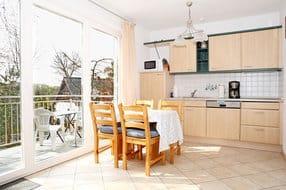 Küchenzeile und Esstisch im Wohnzimmer