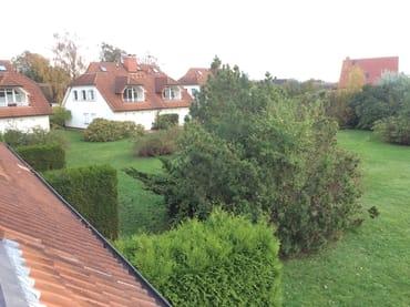 Seitlicher Blick vom Balkon auf die Grünanlage