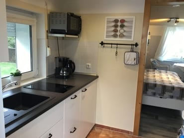 Küche mit Blick in den Wohn-Schlfraum