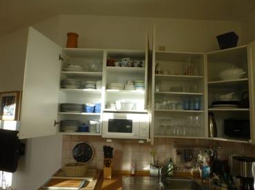 Mikrowelle, reichhaltiger Vorrat an Besteck, Geschirr und Gläsern