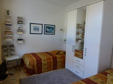 Schlafzimmer mit zwei 2,00 x 0,90 m Betten mit Bettkästen, sehr guter Matratze und verstellbarem Sprungrahmen, 2. Fernsehgerät