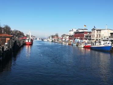 Der Alte Strom mit Fischer- und Ausflugsbooten, rechts der Fischmarkt - ca. 5 Minuten von unserer Wohnung entfernt