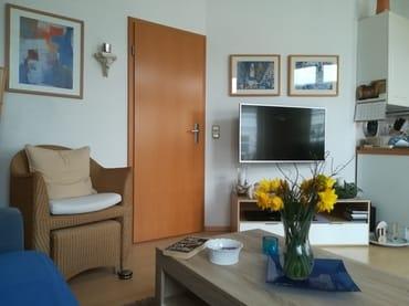Wohnbereich mit Fernseher und Heimkino-Anlage