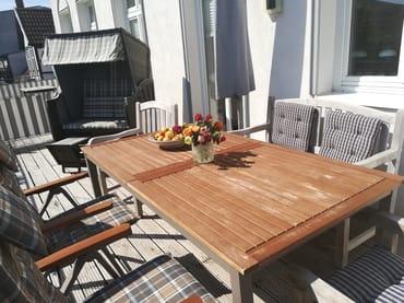 21 qm große Terrasse mit Strandkorb und bequemen, verstellbaren Gartenmöbeln