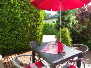 Eingang Terrasse mit Gartenmöbel und Grill !