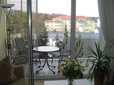 Balkon mit bequemer Bestuhlung, links