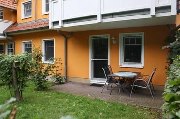 Terrasse mit kleinem Naturgarten