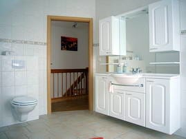 Bad mit Dusche im Obergeschoss