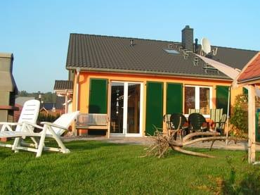 linke Haushälfte, Südseite mit Terrasse, Liegewiese, Grillkamin und Gartenhaus für Fahrräder