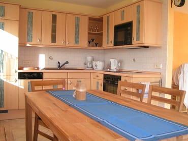 großzügige Küche mit kompletter Ausstattung, großer Esstisch