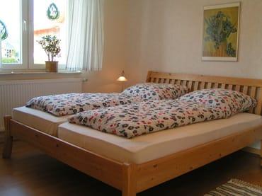 Schlafzimmer im Untergeschoss mit TV, ausreichend Platz für Kinderbett