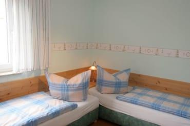 2. Schlafzimmer im UG, die Betten lassen sich auch als Doppelbett aufstellen