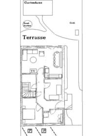 Grundriss untere Etage mit Außengelände (rollstuhlgerechter Zugang zum Haus, 2 Parkplätze, großzügige Terrasse mit Sandkasten)