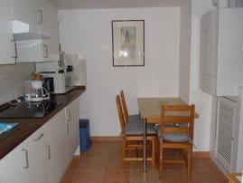 Neue,geräumige Küche mit Ceranfeld-Mikrowelle und kleinem Backofen