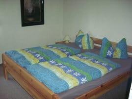 Schlafzimmer mit Sitzecke und Doppelbett