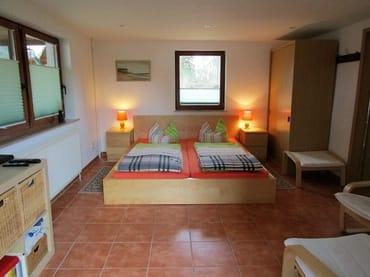 Wohn-/Schlafraum mit gemütlichen geteilten großen Betten
