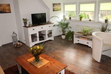 Sonniges Wohnzimmer mit viel Licht