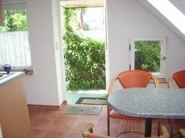 Küche mit Blick in den Garten.........