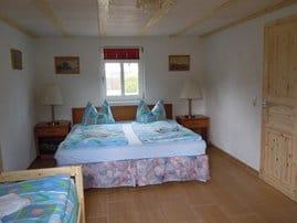 Schlafzimmer mit Doppelbett und Ausziehbett
