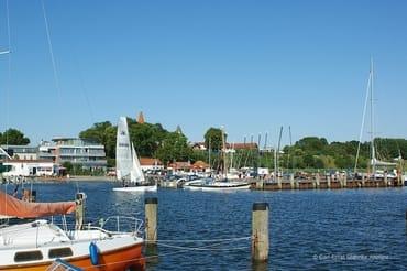 Hafen und Segelschule in Altefähr und Abfahrt der Fähre nach Stralsund.