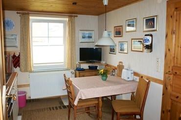Wohnküche mit SAT-Fernseher