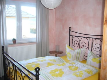 2 Schlafzimmer mit Doppelbetten