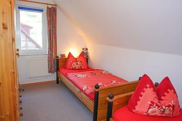2. Schlafzimmer mit 2 Einzelbetten (Fenster mit blickdichter Verdunkelungsmöglichkeit und integriertem Insektenschutz)