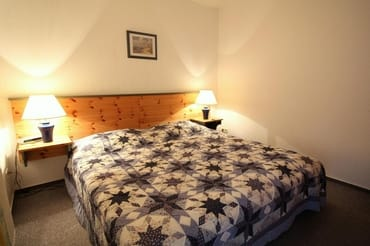 Schlafzimmer mit Doppelbett 1,80 Breite, bei Bedarf hat seitlich das auf dem Schrank befindliche Babyreisebett Platz