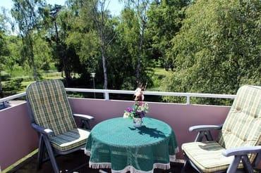 """Der große Balkon mit Sonne vom Mittag bis zum Untergang wird gern als """"Wohn- und Eßzimmerzimmer"""" genutzt"""
