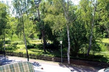 Sie haben vom Balkon aus einen herrlichen Blick in den Kurpark und können auch Ihr Auto auf Ihrem Stellplatz direkt vorm Haus beobachten