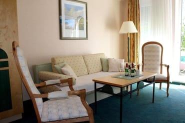 gemütliche Sitzecke, die Schlafcouch kann mit wenigen Handgriffen zum Doppelbett (Breite 1,40 m) umfunktioniert werden