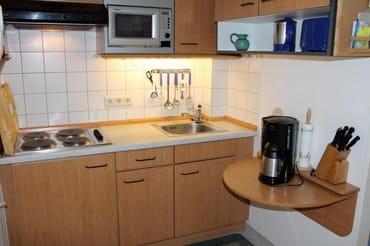 In der gut ausgestatteten  Küche mit Kühlschrank, Mikrowelle, Toaster, Wasserkocher, Kaffeemaschine, Geschirr, Besteck und den üblichen Kochutensilien macht die Selbstversorgung Spass