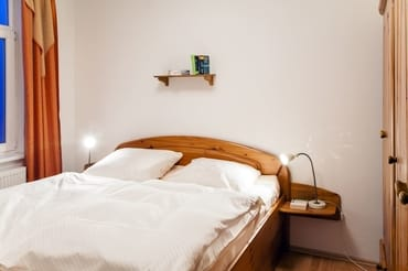 das große Schlafzimmer mit großem Kleiderschrank (rechts)...