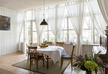 das Kreuzfahrtterminal befindet sich gegenüber des Hauses....der Esstisch in der Veranda ist ausziehbar....
