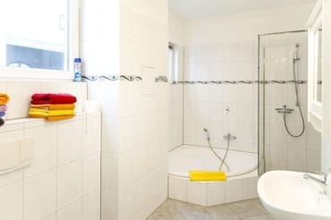 Das Bad mit Dusche und Badewanne. Rückwertig und nicht abgelichtet die Kombi aus Waschmaschine und Trockner....